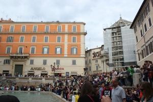 Multitud en la Fontana di Trevi en Roma