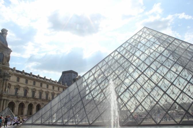 Museo de Louvre y su pirámide de acceso