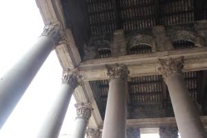Panteón de Agripa en Roma, vista del techo del pórtico